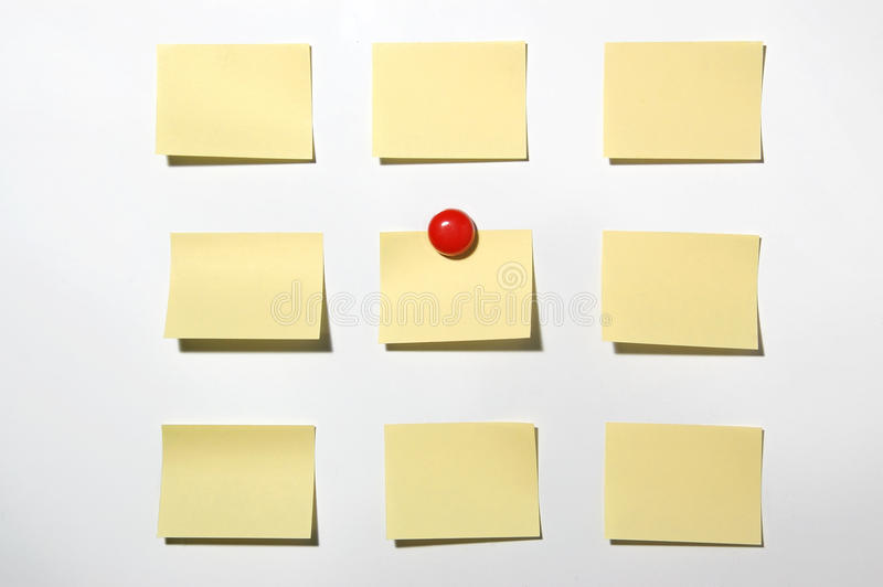 黄色便条纸和磁铁在whiteboard按 免版税库存照片