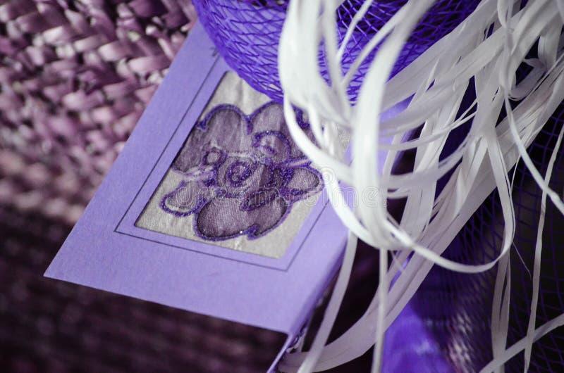 紫色假日手工制造卡片,圣诞节/礼物生日贺卡, 免版税库存图片