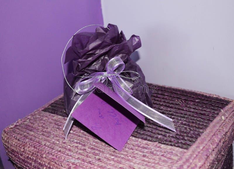 紫色假日手工制造当前卡片,圣诞节/礼物生日贺卡和紫色 免版税库存图片