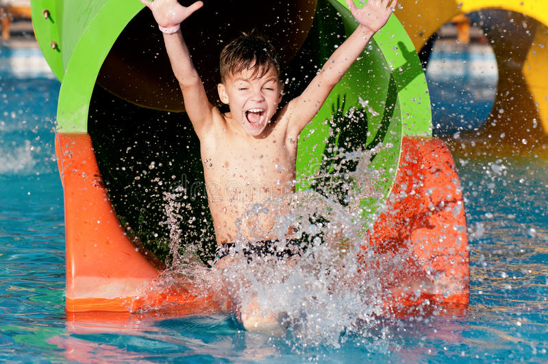 水色公园的男孩 免版税库存照片