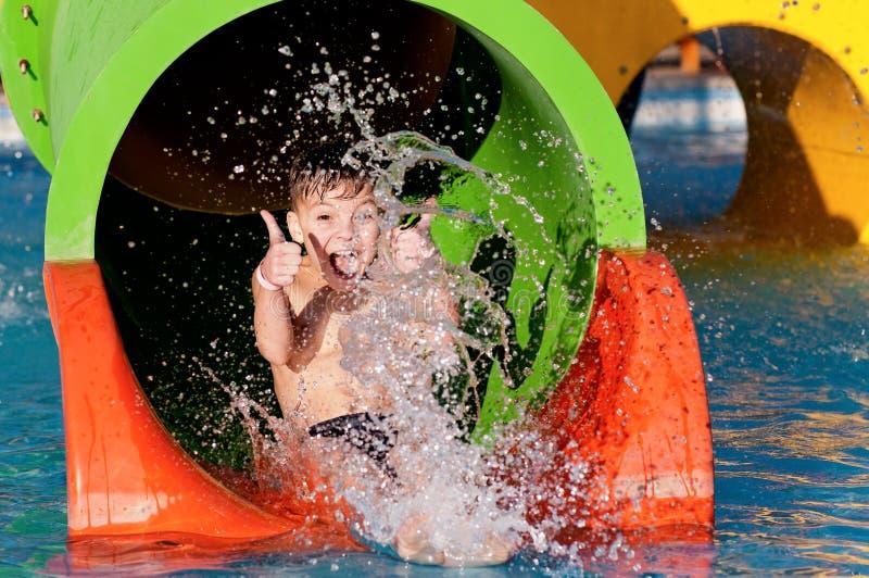 水色公园的男孩 图库摄影