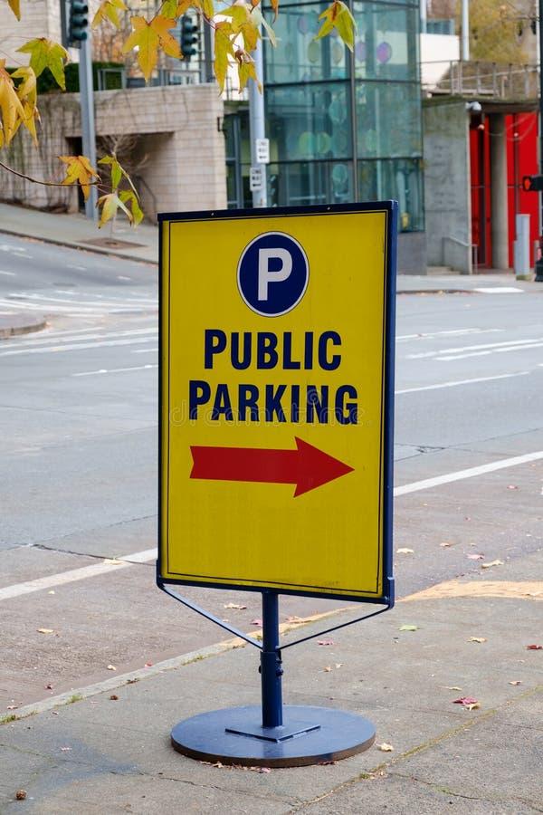 黄色公开停车处标志 免版税库存图片