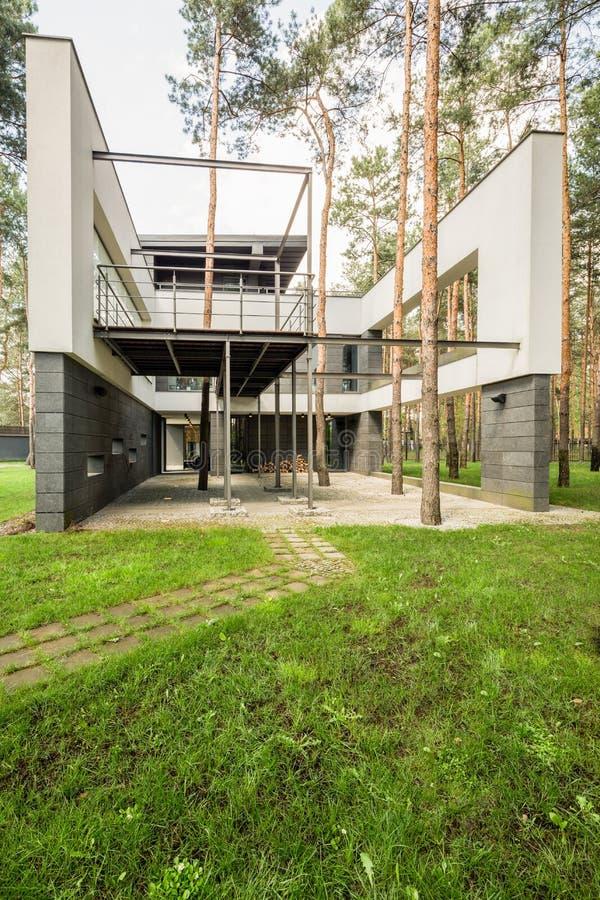 绿色包围的新的设计房子 库存图片
