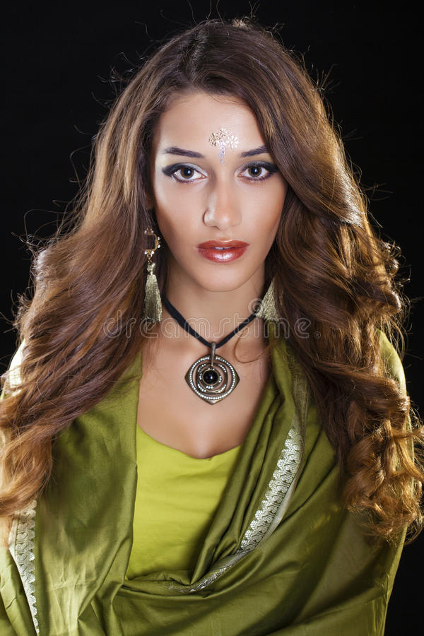 绿色印地安礼服的年轻俏丽的妇女 免版税图库摄影