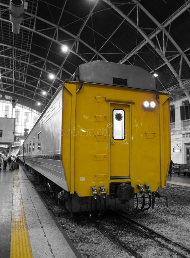 黄色古板的火车停放了在驻地 免版税库存照片