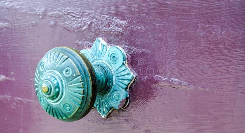 绿色古色:古色古香的门把手 库存照片