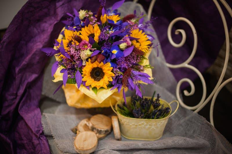 紫色和橙色花束用向日葵 库存照片