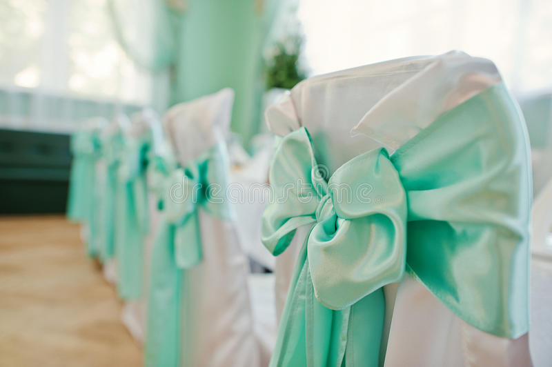 绿色和白色装饰椅子o 免版税库存照片