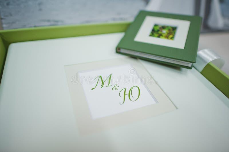绿色和白革婚礼照片书 图库摄影