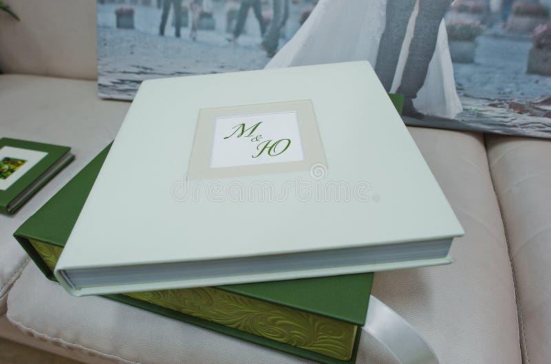 绿色和白革婚礼照片书 免版税库存图片