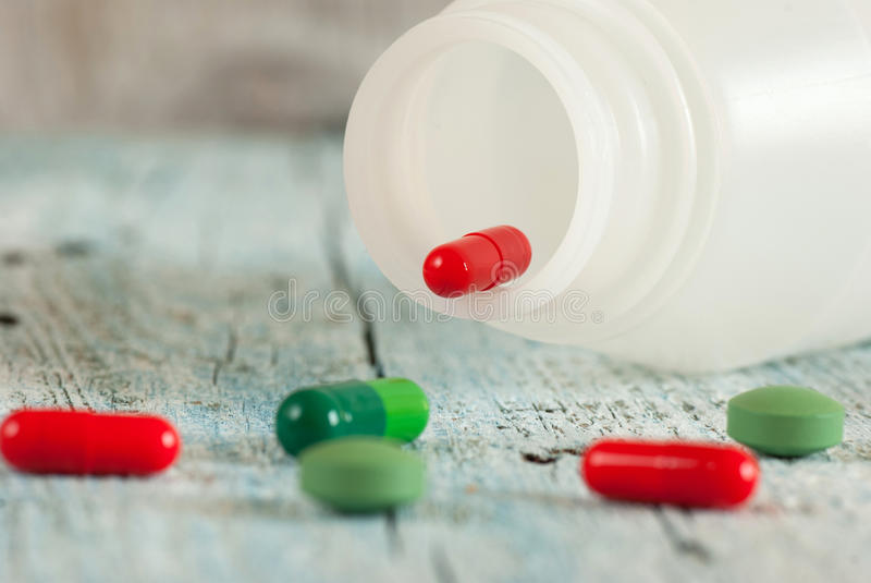 绿色和红色药片 免版税库存照片