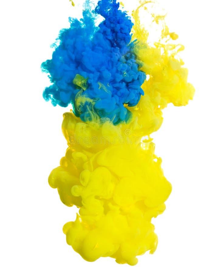 黄色和蓝墨水在水中 免版税库存图片