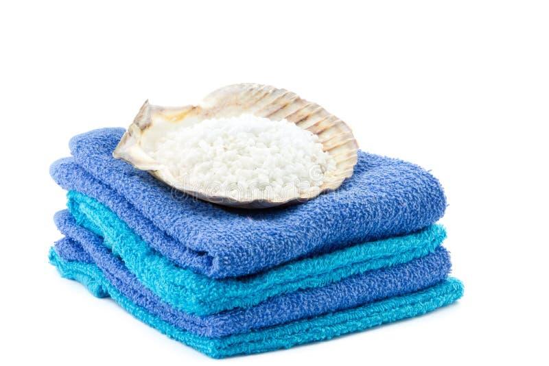 水色和蓝色毛巾与扇贝壳在上面 免版税图库摄影