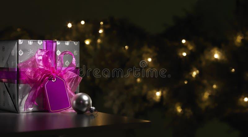 紫色和银包裹了与树的圣诞节礼物 免版税库存照片