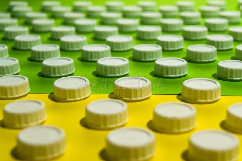 绿色和黄色表面上的瓶上面 免版税库存照片