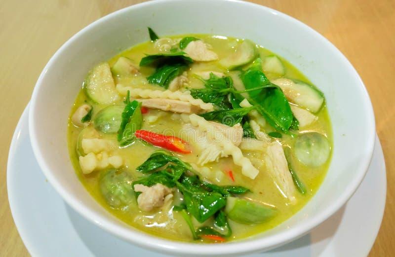 绿色咖喱鸡用在白色杯子的椰子 泰国的烹调 库存照片