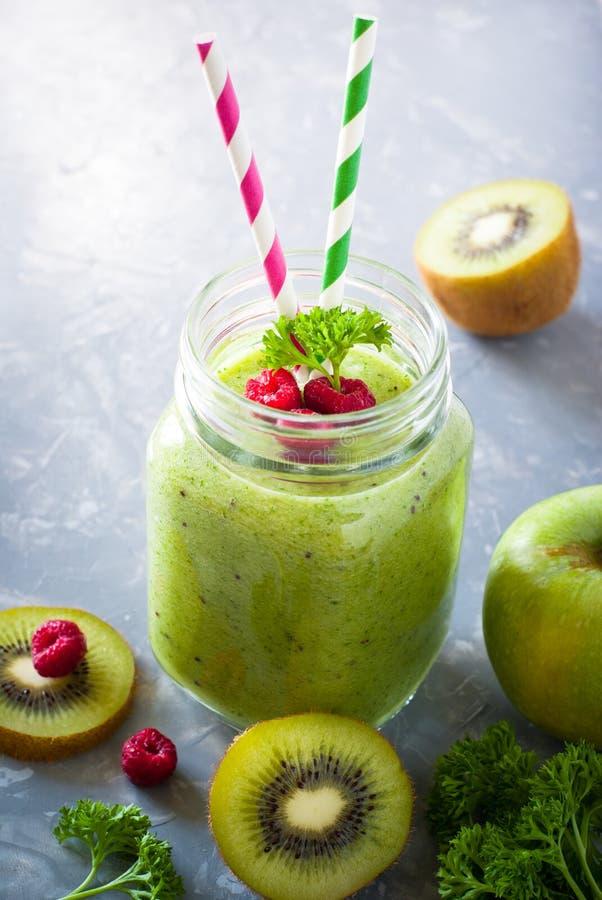 Download 绿色圆滑的人和成份 库存图片. 图片 包括有 汁液, 菠菜, 降低, 复制, 猕猴桃, 查出, 震动, 水多 - 72366641
