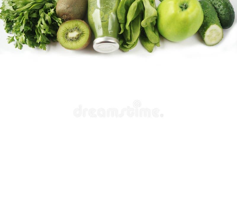 绿色圆滑的人用苹果、荷兰芹、菠菜、黄瓜和猕猴桃 库存图片