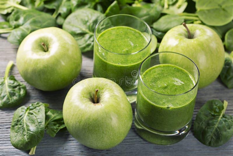 绿色圆滑的人用菠菜和苹果 库存图片