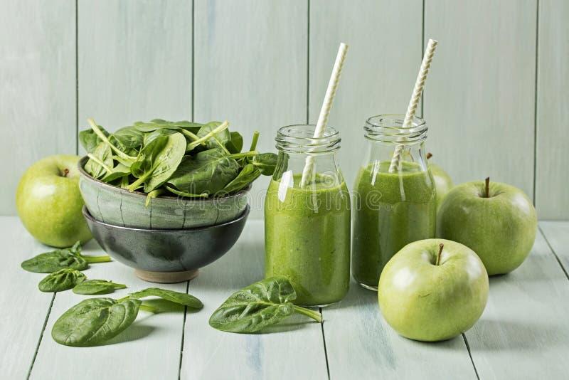 绿色圆滑的人用菠菜和苹果 图库摄影