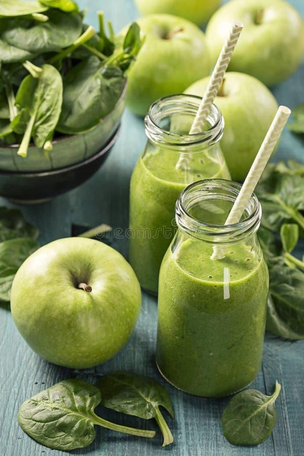 绿色圆滑的人用菠菜和苹果 库存照片
