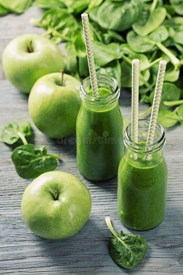 绿色圆滑的人用菠菜和苹果 免版税库存照片