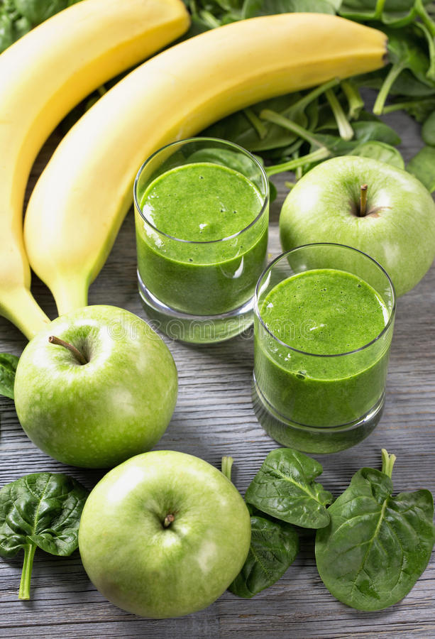 绿色圆滑的人用菠菜和香蕉 免版税库存图片