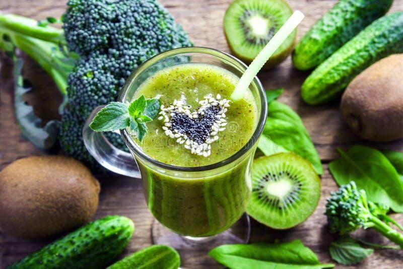 绿色圆滑的人蔬菜 免版税库存图片