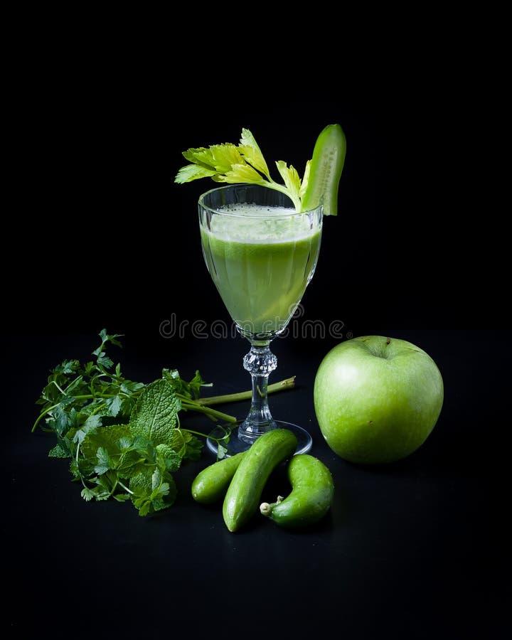 绿色圆滑的人,黄瓜,薄菏,苹果,芹菜 免版税库存图片