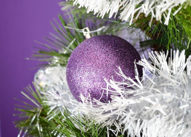 紫色圣诞树装饰 库存照片