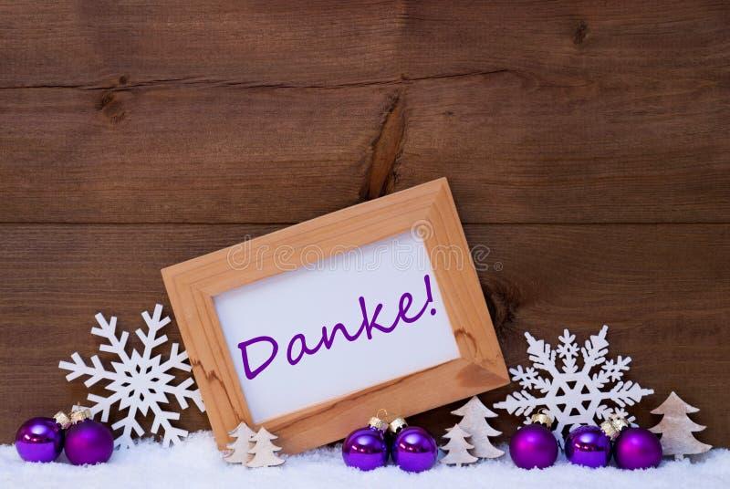 紫色圣诞节装饰,雪, Danke手段感谢您 免版税库存照片
