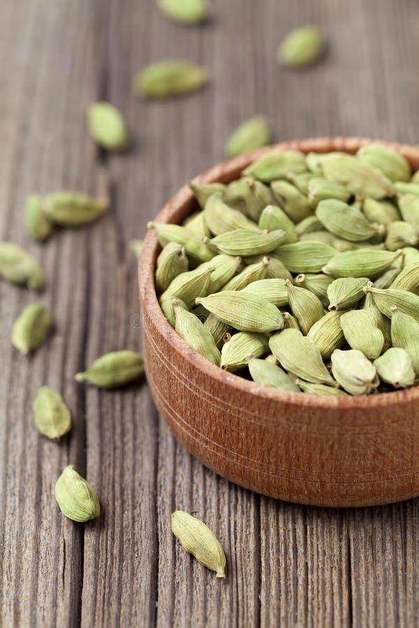 绿色在a的豆蔻果实ayurveda亚洲芳香香料 库存照片