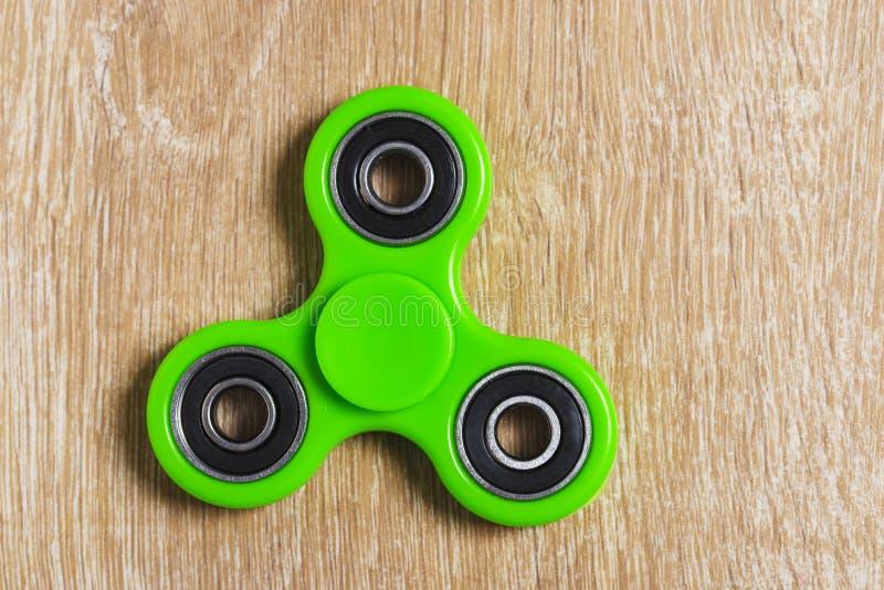 绿色坐立不安锭床工人玩具 免版税库存照片