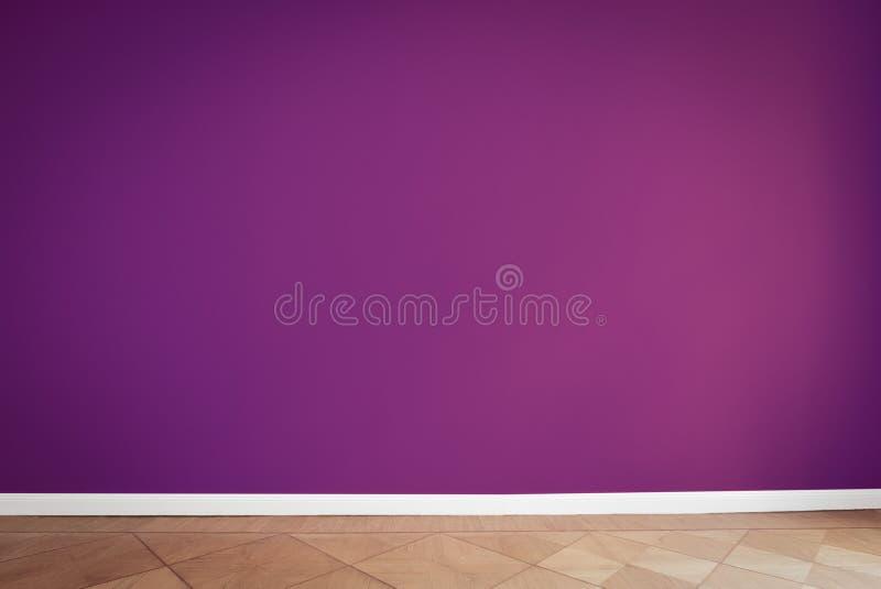 紫色墙壁在空的屋子里 免版税图库摄影