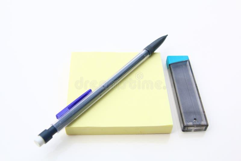 黄色备忘录岗位和机械铅笔 图库摄影