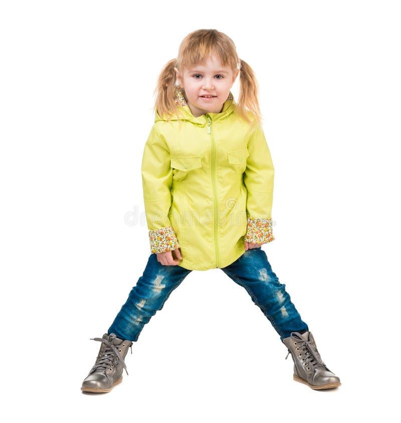 黄色外套的逗人喜爱的小女孩 免版税库存图片