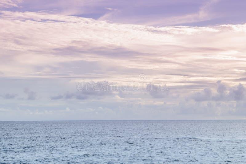 紫色天空和海蓝色Ondina萨尔瓦多巴伊亚巴西 免版税库存图片