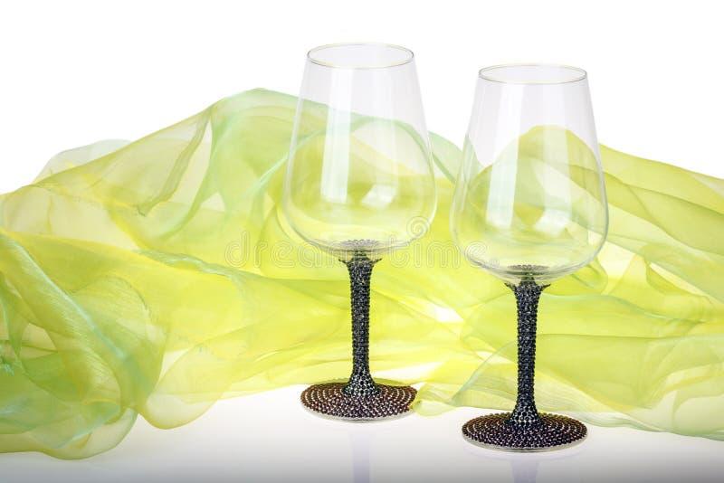 绿色天鹅绒围拢的两个酒杯特写镜头  免版税库存照片