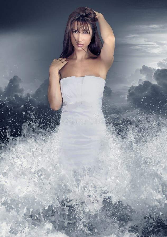水色女孩 从水出来的少妇 免版税库存照片