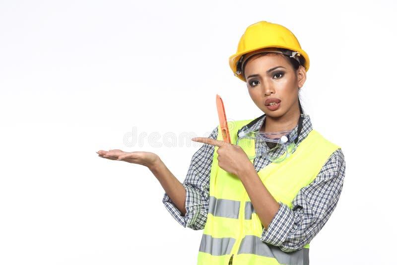 黄色安全帽的,浩大的安全亚裔建筑师工程师妇女 免版税库存照片
