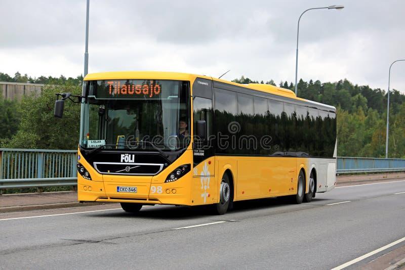 黄色富豪集团8900公共汽车在城市环境里 库存照片