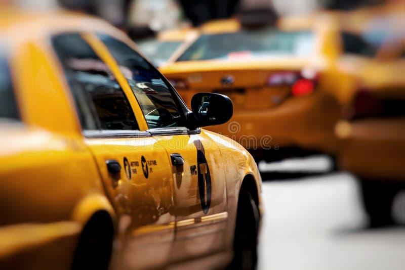 黄色小室通过时代广场加速在纽约, NY,美国 库存照片