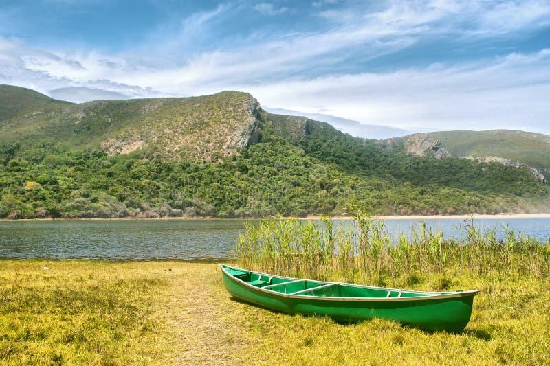 绿色小船和盐水湖 免版税库存照片