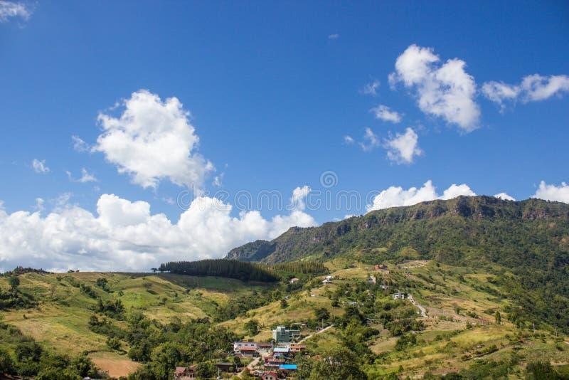 绿色山和蓝天 免版税库存照片