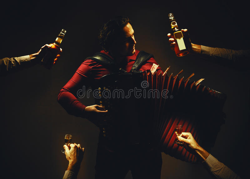 色彩手风琴球员和酒精饮料 库存照片