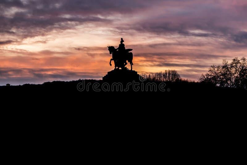 色彩缤纷的日出燃烧的天空科布伦茨城历史纪念碑德国角莱茵河和摩泽尔河汇合 库存照片
