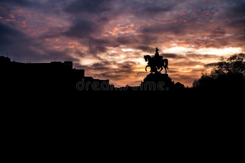 色彩缤纷的日出燃烧的天空科布伦茨城历史纪念碑德国角莱茵河和摩泽尔河汇合 免版税库存图片