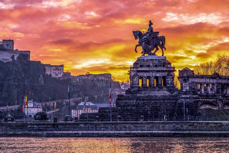 色彩缤纷的日出燃烧的天空科布伦茨城历史纪念碑德国角莱茵河和摩泽尔河汇合 图库摄影