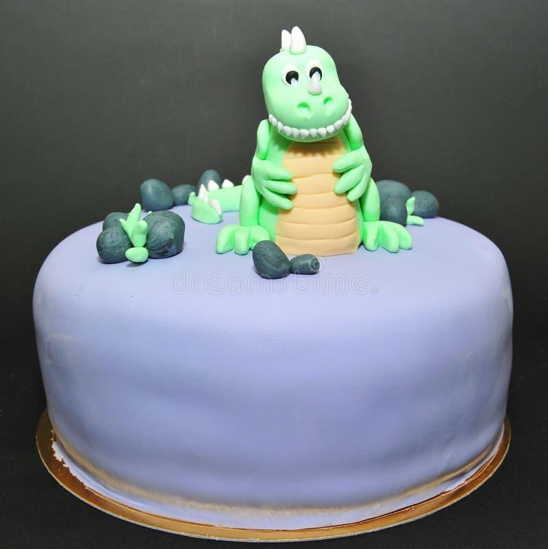 绿色恐龙方旦糖生日蛋糕 图库摄影