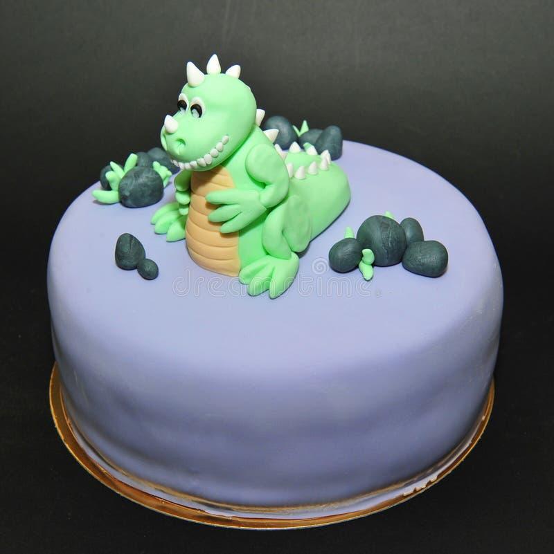 绿色恐龙方旦糖生日蛋糕 免版税库存图片
